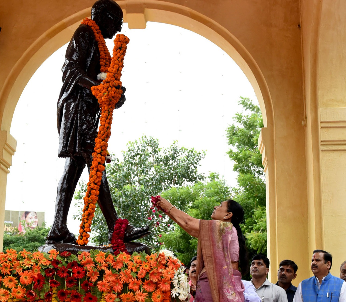 The Governor and the Chief Minister paid tribute to Gandhi Ji and Shastri Ji.